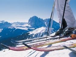 skije i cipele na snijegu